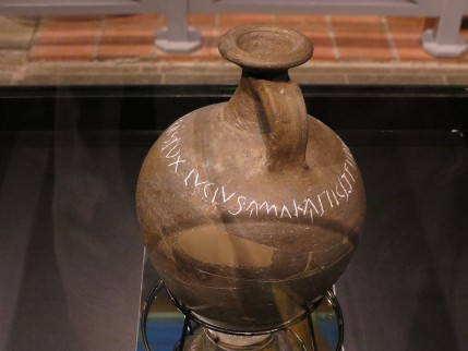 Een kruik van Lucius Ferenius in het Thermenmuseum te Heerlen